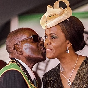 President Robert Mugabe kissing his wife and first lady Grace Mugabe. (File photo: Jekesai Njikizana/AFP)