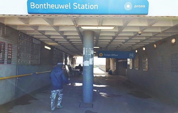 Bonteheuwel Station at midday is unlike the chaos of rush hour. (Jenni Evans, News24)