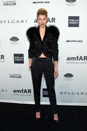 Die Victoria Secret-model, Jessica Hart lyk modern in swart Louis Vuitton by die amfAR New York gala. FOTO: Louis Vuitton