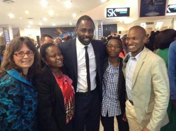 Idris Elba saam met aanhangers vroeër die maand by die Suid-Afrikaanse bekendstelling van die fliek FOTO: Twitter