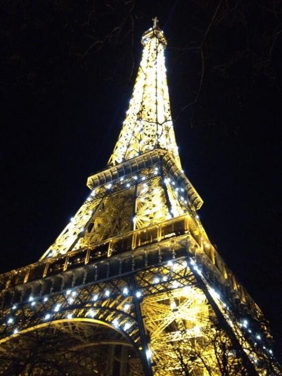 """Nadia het by dié foto geksryf: """"Paris is amazing!!!"""" FOTO: Twitter"""
