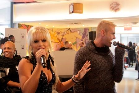 Andries-Hendrik Potgieter, ontwerper en sanger, saam met Anais by die modeskou in New York. FOTO: verskaf