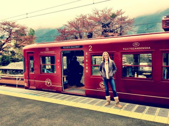 Vanessa voor die trein wat hulle na berg Foedji neem FOTO: Twitter  @VanHaywood