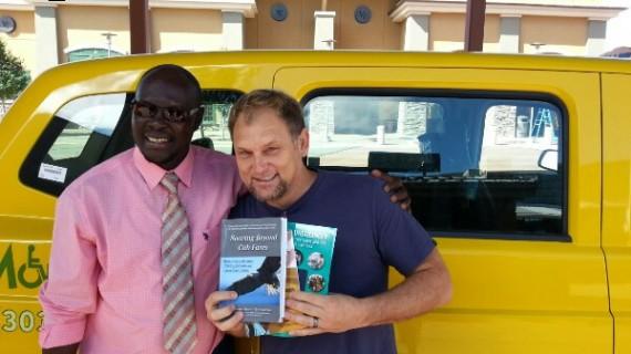 Steve saam met die Senegalese Ousmane Ndoye wat 3 boeke geskryf het terwyl hy 'n taxi-bestuurder is  FOTO: Twitter  @steve_hofmeyr