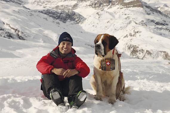 In Switserland kuier Gerrie saam met 'n Sint Bernard-hond FOTO: verskaf deur Gerrie Pretorius