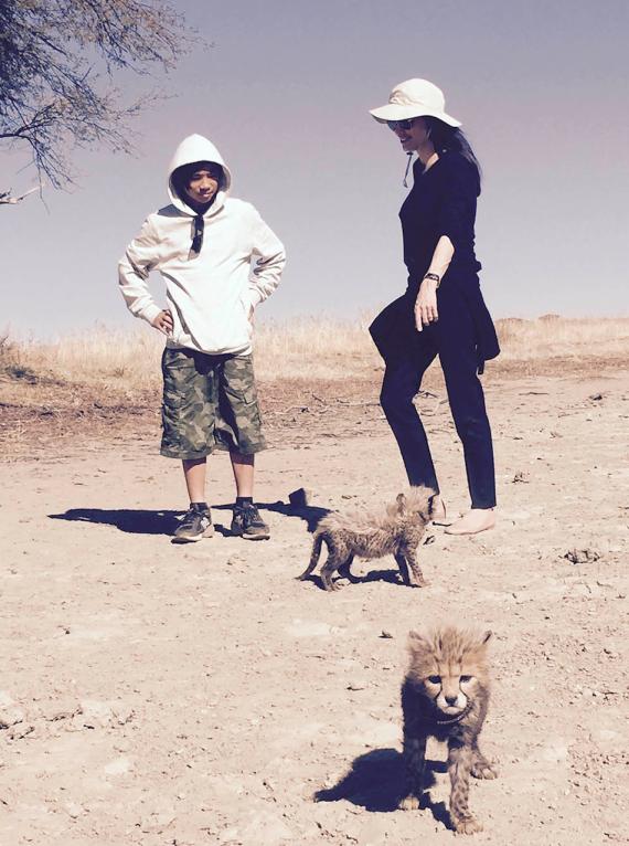 Angelina en Pax vroeër vanjaar in Namibië FOTO: ©Naankuse
