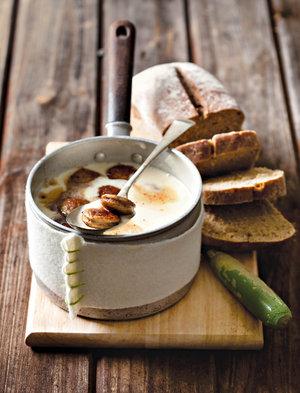 Duitse aartappel-en-bratwurst-sop