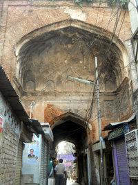 Bara Katra, een van Dhaka se oudste geboue is gebou in 1644 deur Mir Abdul Qasem.