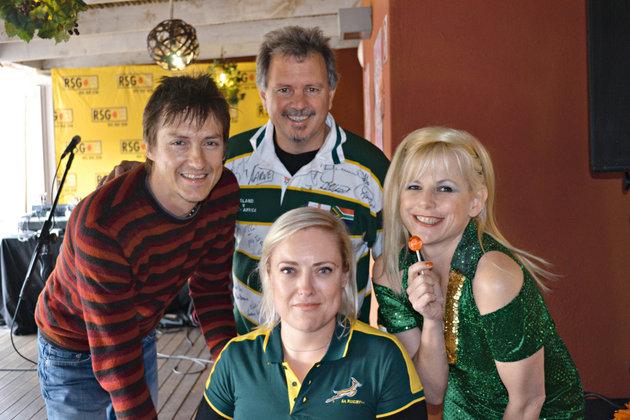 Ons vang gees vir die WB-sokkertoernooi op RSG. Van links is Chris Chameleon, Johan Rademan en Dowwe Dolla. Ek sit voor.