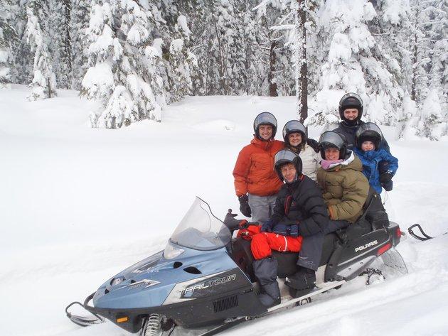Mathys en kie op die 'snowmobile'