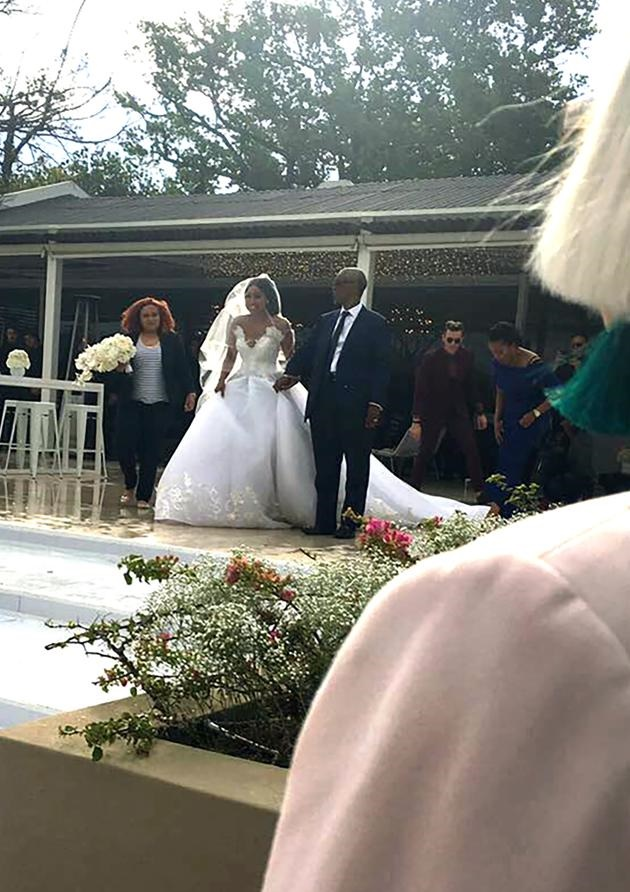 Pics Minnie S Dad Walked Her Down The Aisle
