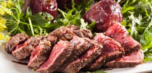 Steak salad with poached apples
