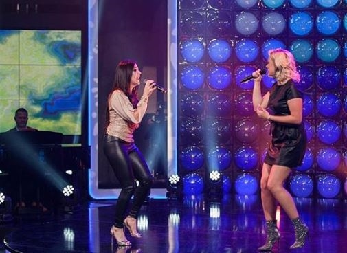 Demi Lee en Monique sing Diane