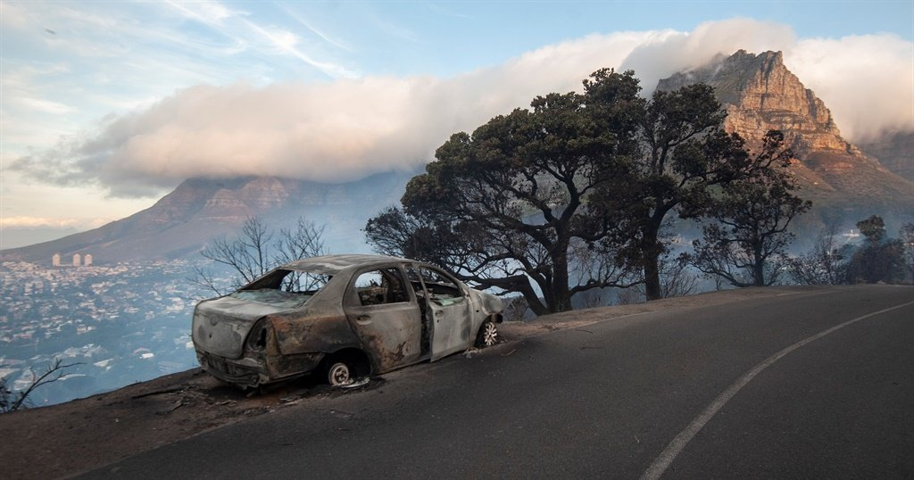 A fire ravages the slopes of Table Mountain and Si