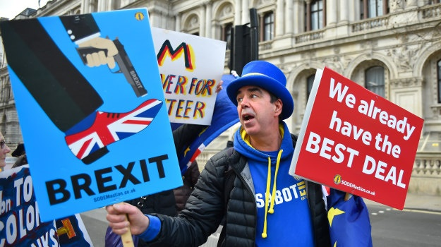 Anti-Brexit and pro-Brexit demonstrators gather outside the gates of Downing Street, London on January 2, 2019. (Photo by Alberto Pezzali/NurPhoto via Getty Images)