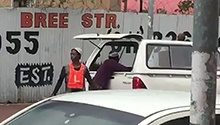 WATCH: Car guard appears to assist in theft from motor vehicle
