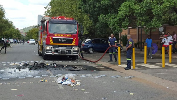 Firefighters at Unisa's Sunnyside campus have put out the fires that were started by protesters, reports News24's Karabo Ngoepe.<br />
