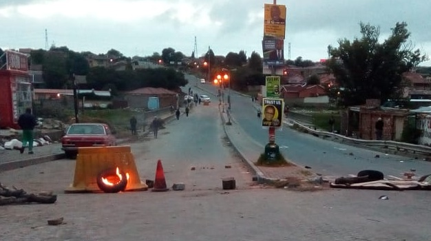 Protests rock Alexandra. (Thabang Mathibedi)