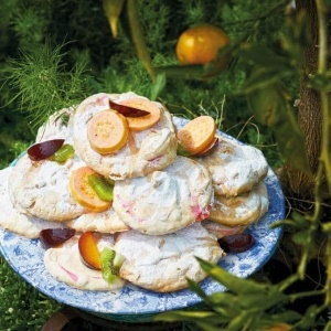 Meringues with fruit
