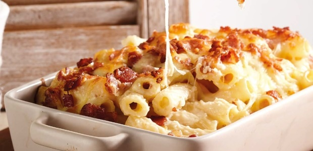 Macaroni with mature cheddar and bacon