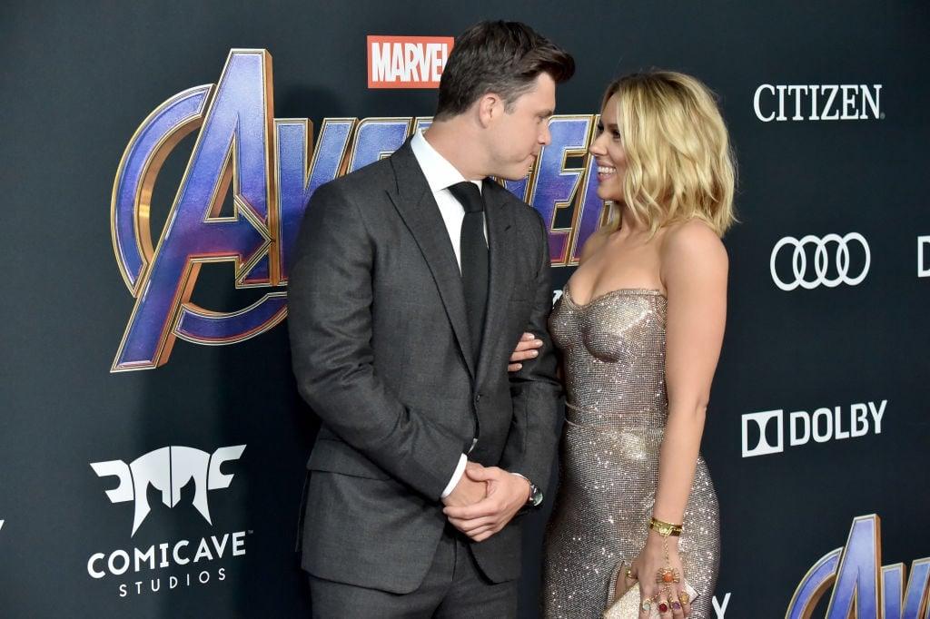 Colin Jost en Scarlett Johansson by die première v