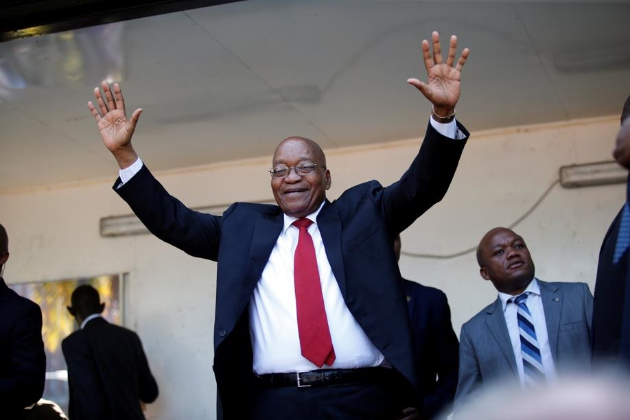 Oudpres. Jacob Zuma waai Vrydag vir die skare op pad na die hof in Durban. Foto: Reuters