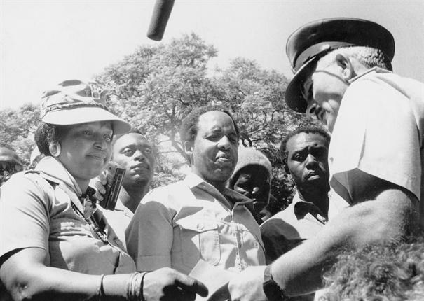 Chris Hani and Winnie Madikizela-Mandela hand over the Umkhonto we Sizwe Manifesto, in Johannesburg. (Gallo Images, Media24 Newspaper Archives, file)<br />