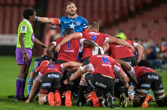 The Bulls Duane Vermeulen (C) getting the attention of the referee during the Super Rugby Unlocked match between the Emirates Lions and the Vodacom Bulls at Emirates Airlines Park stadium in Johannesburg, on November 7, 2020. (Photo by Christiaan Kotze / AFP)