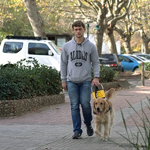 Hendri Herbst with his guide dog Julian. (Screengrab)