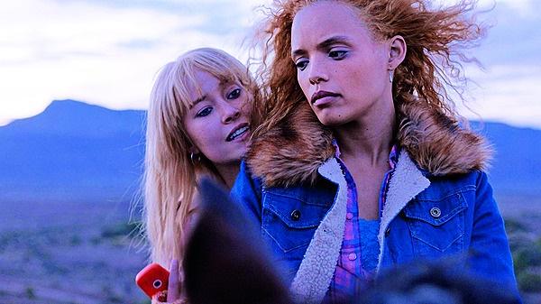 Natalie (Nicole Fortuin) en Poppie (Izel Bezuidenh