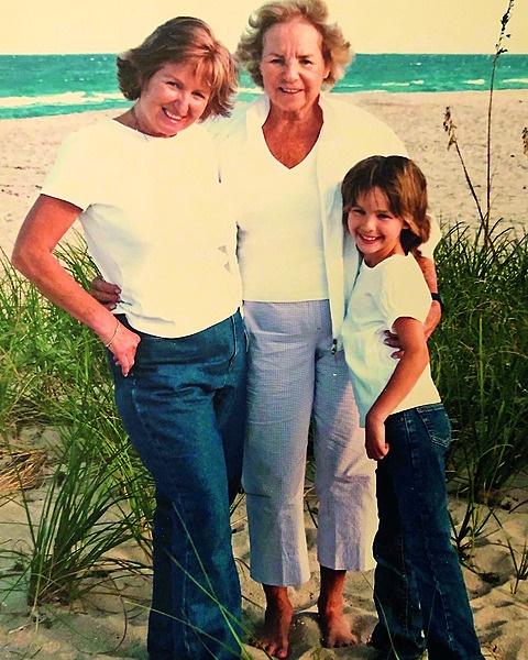 Klein Saoirse saam met ma Courtney (links) en ouma