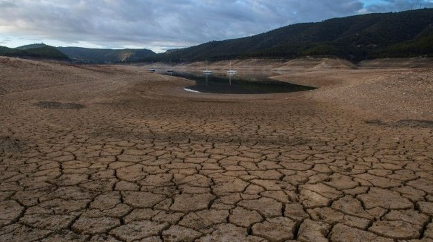 A picture shows low water levels at a reservoir in drought-stricken Entrepenas near Sacedon, Spain on November 24, 2017 (AFP)