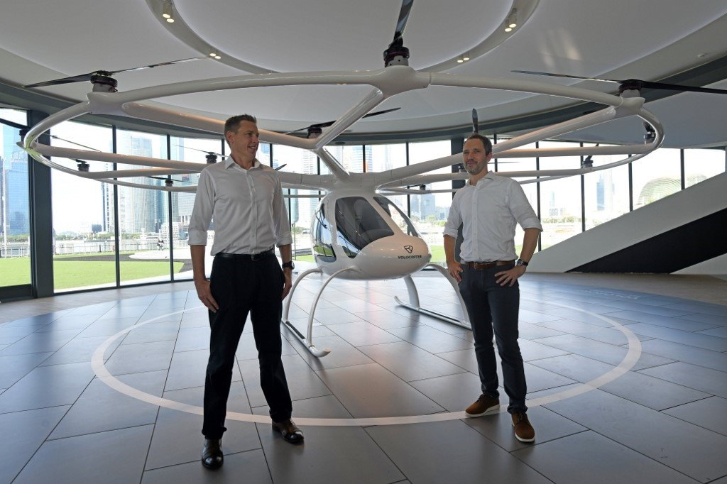 Florian Reuter (R), CEO of Volocopter and Duncan W