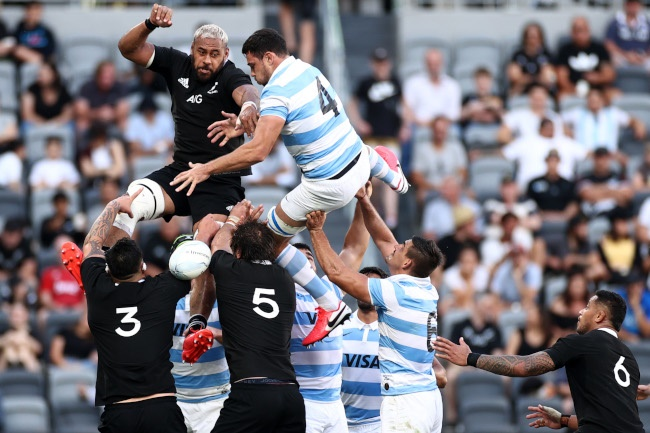 Patrick Tuipulotu of the All Blacks competes with Guido Petti of Argentina in the lineout during the 2020 Tri-Nations rugby match between the New Zealand All Blacks and the Argentina Los Pumas at Bankwest Stadium on November 14, 2020 in Sydney, Australia. (Photo by Cameron Spencer/Getty Images)