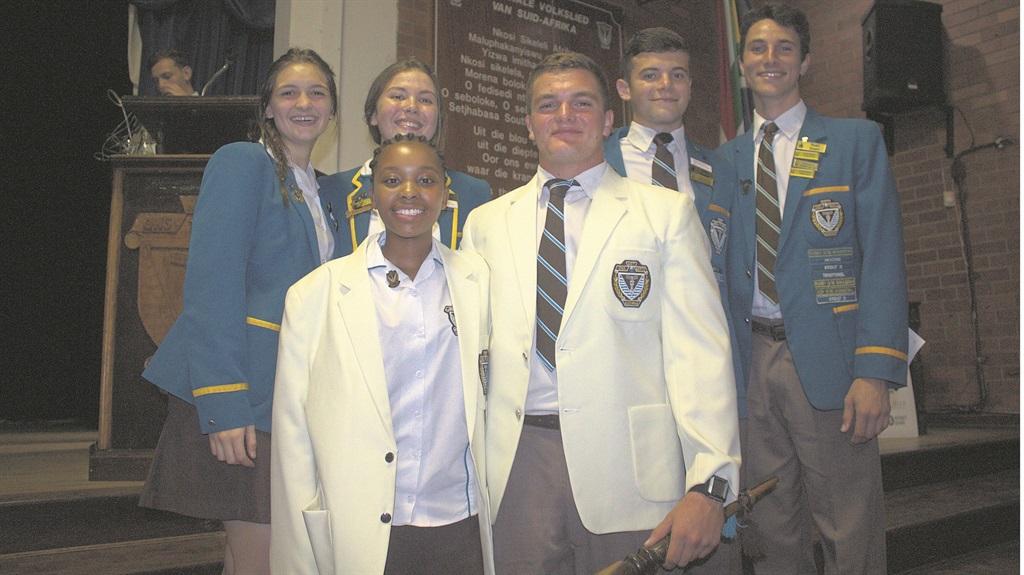 Kamogelo Nare (hoofdogter) en Marcho Boers(hoofseun) en onderhoofleiers Jessica van Zyl, Skye Taljaard, Juan Naudé en Ruan Swart.PHOTO: Verskaf