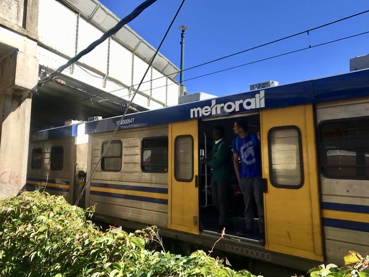 Both the Western Cape High Court and the Constitutional Court have delivered judgments that hold PRASA liable for injuries to passengers that occurred because the doors were open while trains were moving. (Brent Meersman, GroundUp)