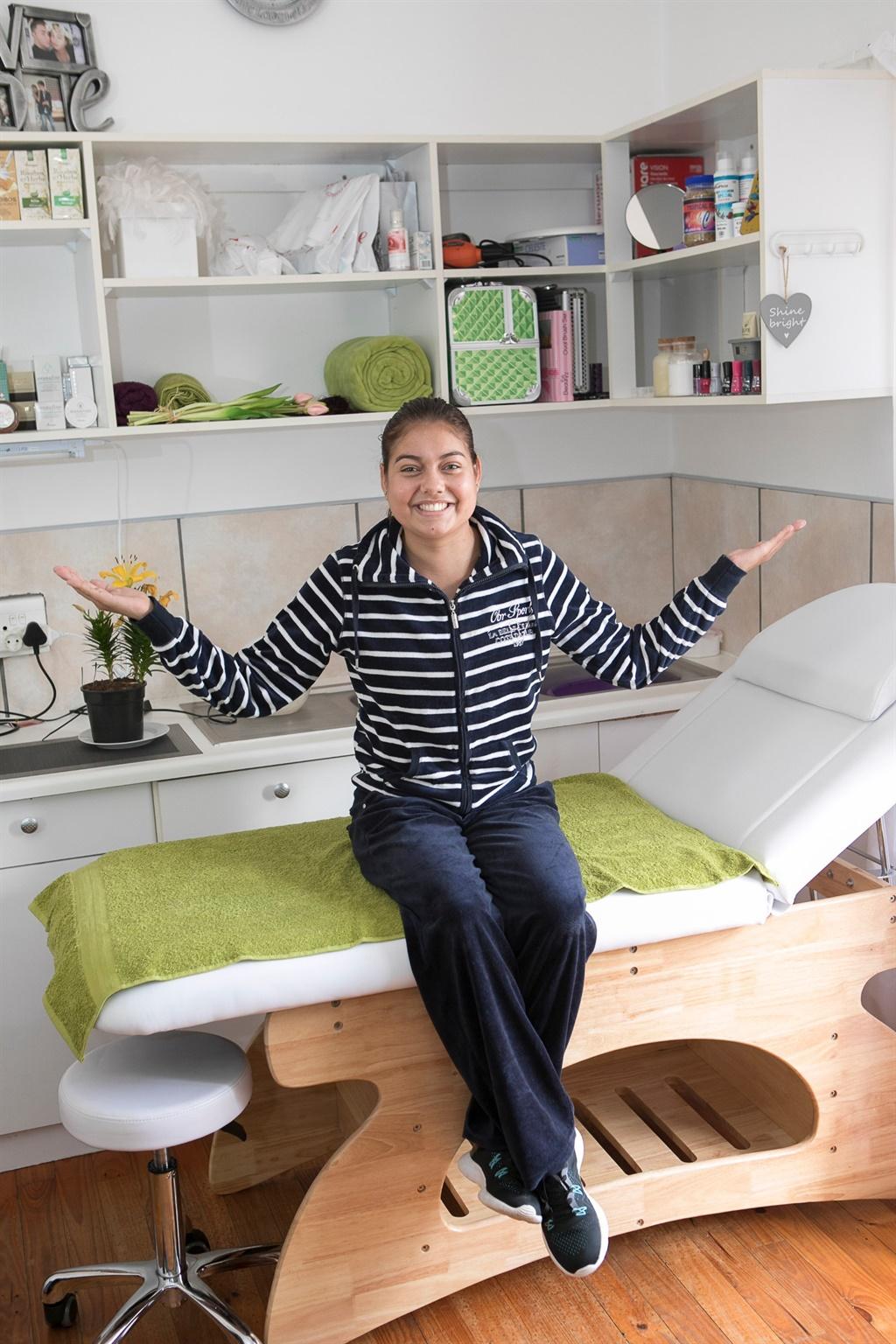 In haar eie skoonheidsterapie-salon wat sy van die huis af bedryf het. Foto: Jacques Stander