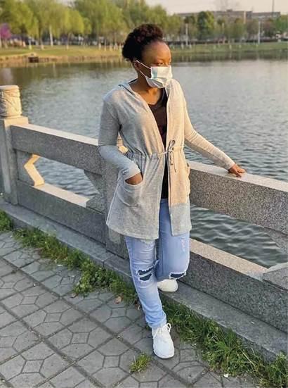 Jessica Rakole kon op Vrydag 20 Maart, nadat sy 56 dae in haar universiteitskoshuis vasgevang was te midde van die COVID-19-pandemie, weer buitentoe gaan in die stad Jingzhou in die Chinese provinsie Hubei.