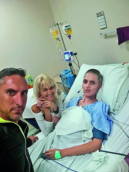 Shani se ouers by haar in die hospitaal.
