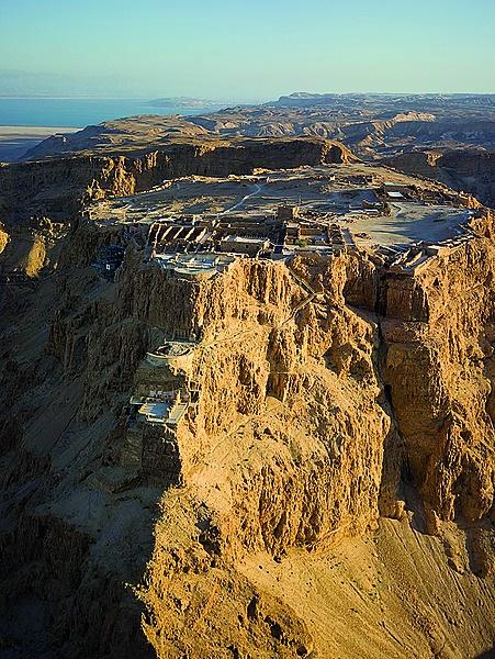 Die bergvesting Masada met die Dooie See op die ag