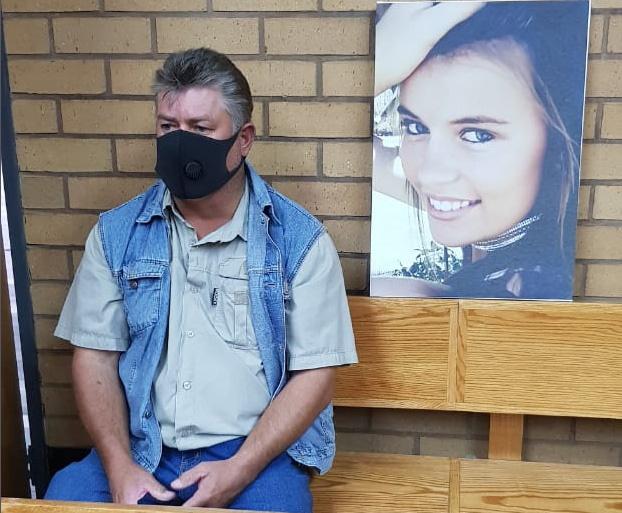 Stefaans Engelbrecht, Marna se pa in die hof. Foto