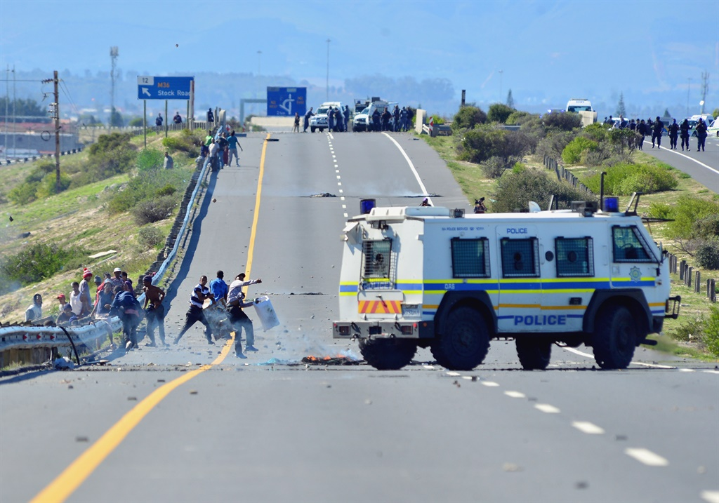 A general view of an attempted looting of a truck on the R300 between New Woodlands and Heinz Park in Cape Town. (Photo by Gallo Images/ Grant Pitcher)