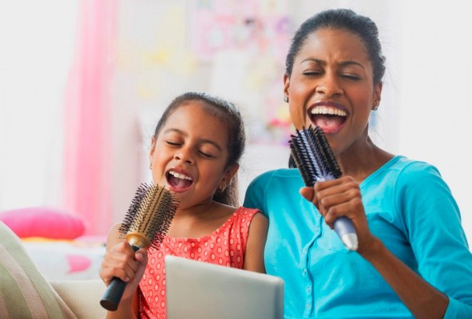 Parents can sing their way through the day. (Image: Jose Luis Pelaez Inc./Getty Images)