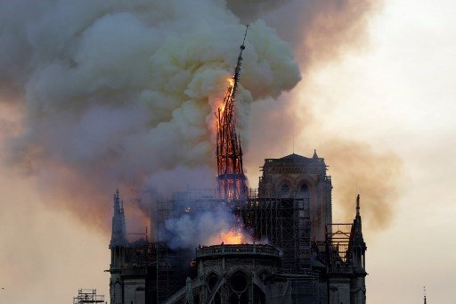 6ff1affa The steeple and spire of the landmark Notre-Dame Cathedral collapses as the  cathedral is