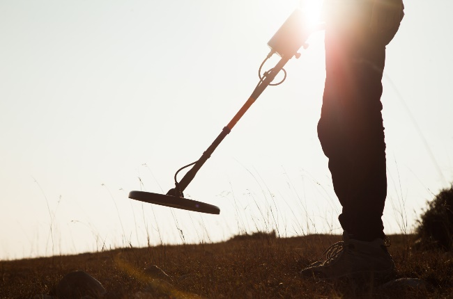 Man finding treasure with his metal detector. (PHOTO:  Tahreer Photography/Getty Images)