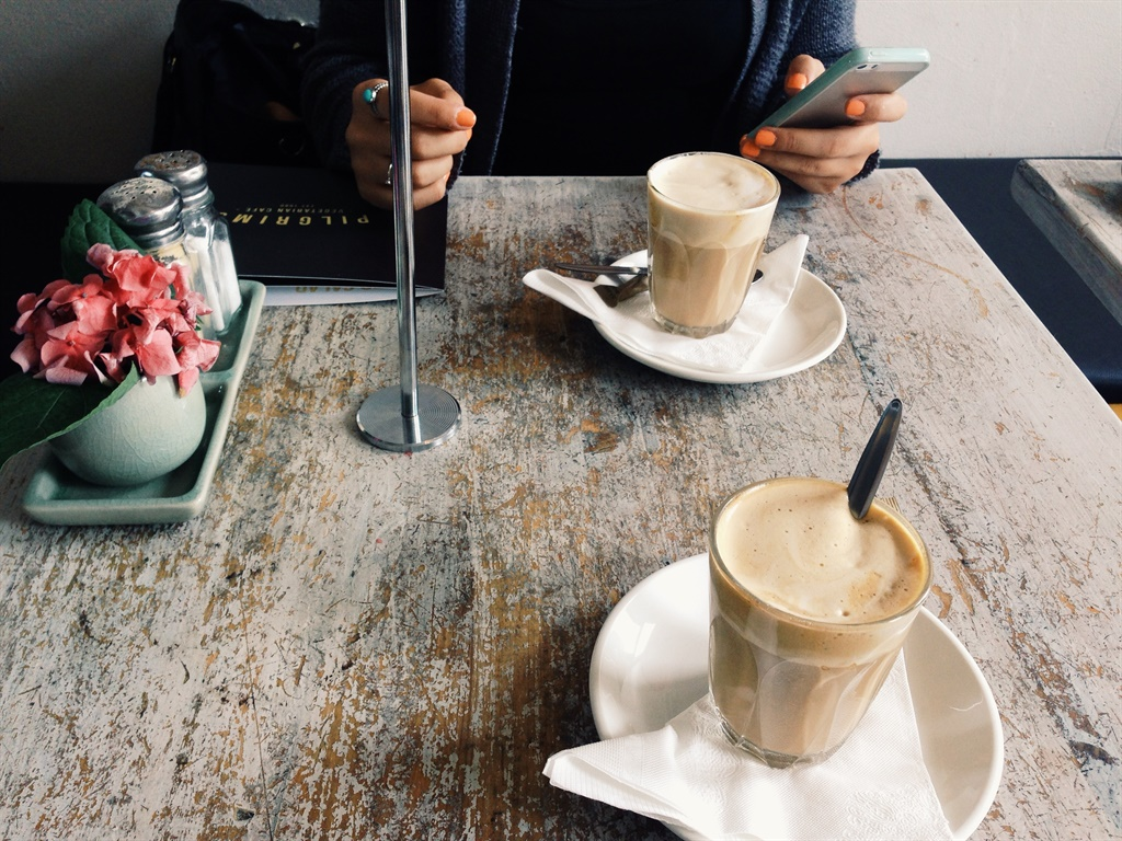 Smartphone,coffee shop,Snapchat