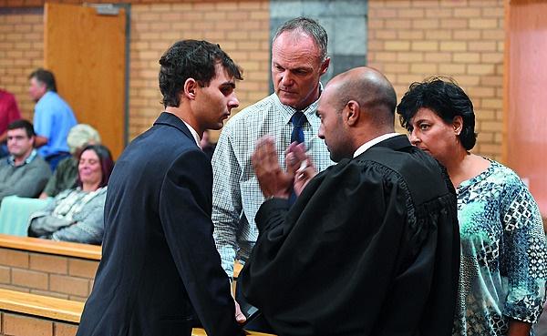 Xander in gesprek met sy destydse advokaat, Niven