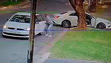 WATCH: Woman robbed of cash, jewellery in Joburg driveway