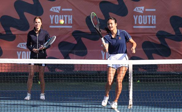 Catherine, hertogin van Cambridge, en Emma Raducanu wys hul slag op die tennisbaan.  Foto: Getty Images