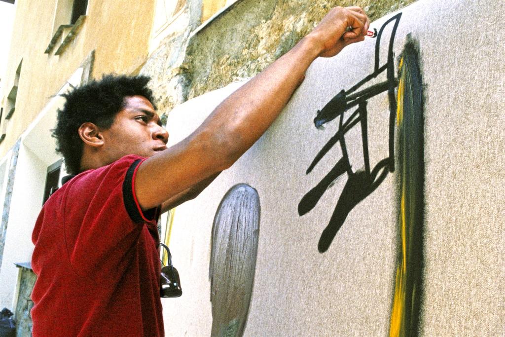 Jean-Michel Basquiat paints in 1983 in St. Moritz, Switzerland. (Photo by Lee Jaffe/Getty Images)